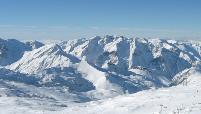 Chaque année, près de 9 millions de passionnés partent à l'assaut des stations et dévalent avec plaisir les pistes enneigées françaises ! Haute ou moyenne montagne, 350 stations et 7 massifs, il y en a pour tous les goûts. Les Deux Alpes est l'une des premières stations créées en France dans les années 50, après Chamonix. Située dans le massif des Ecrins, elle possède l'un des plus grands glaciers skiables d'Europe.  Les sports d'hiver autrement avec PartirZen Les sports d'hiver ne se résument plus seulement au ski, au surf et au snowboard. Les stations développent une multitude d'activités...